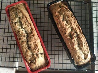 奥利奥磅蛋糕,在第20分钟左右表面凝固时用刀在蛋糕表面划一刀口子,这是为了帮助蛋糕的裂口更加整齐