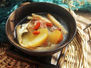 滋阴润燥的沙参玉竹苹果猪骨汤