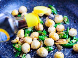 虎皮鹌鹑蛋,最后调入淡酱油,翻炒均匀入味。