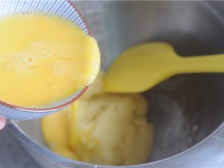 #不一样的泡芙#卡士达酱泡芙,立刻转移到盆里,只需要将能取出来的面糊取出来即可,锅底的面膜不需要刮出来,转移到盆里是为了不让锅的余热继续加热面糊里的鸡蛋,不然就会加热过头