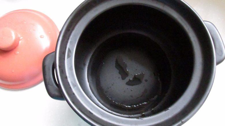 滋补砂锅猴菇鸡汤,砂锅鲜用面糊保养一下,洗净。