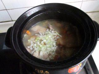 滋补砂锅猴菇鸡汤,加入胡椒粉,盐,葱末调味即可。