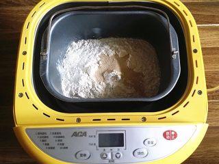 南瓜酸奶亚麻籽油面包(无盐配方),除食盐、亚麻籽油外的其它食材放入面包机后启动和面程序