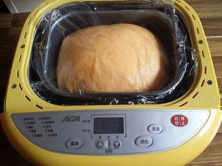 南瓜酸奶亚麻籽油面包(无盐配方),将面团搓圆后发酵至2.5倍大取出排气