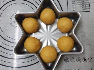 南瓜酸奶亚麻籽油面包(无盐配方),将松驰好的面团再次搓圆、依次放入模具中