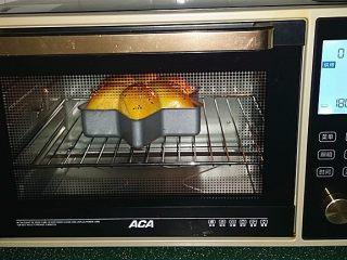 南瓜酸奶亚麻籽油面包(无盐配方),烤20~25分钟左右至表面金黄