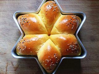 南瓜酸奶亚麻籽油面包(无盐配方),取出烤盘脱模