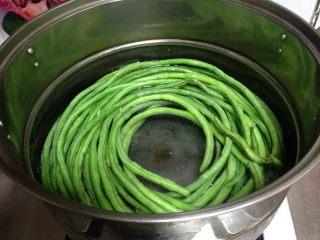 豆角猪肉饺, 豇豆角洗净入开水锅焯至断生捞出