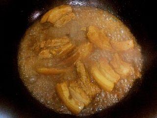 可以在家做的老济南把子肉,开锅后把火调小,在此期间可放入一点老抽、红糖(或者可乐)作为提色用。