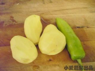 孜然土豆丁,将土豆削皮,辣椒清洗干净。
