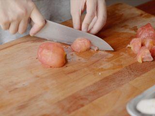 开胃番茄咖喱饭,等番茄不那么硬了以后切小块