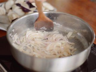 开胃番茄咖喱饭,加入洋葱,炒成半透明。
