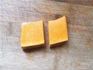 蜂蜜烤南瓜,剩下没摆盘的南瓜片(也已涂好油),再对半切开。