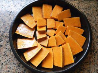 蜂蜜烤南瓜,摆放在披萨盘的中间位置。