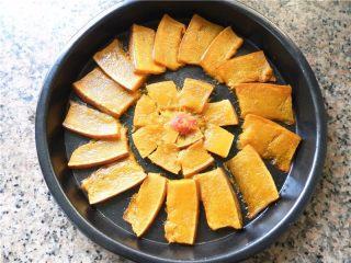 蜂蜜烤南瓜,将南瓜摆好盘后,放一小勺番茄酱点缀在盘中心。