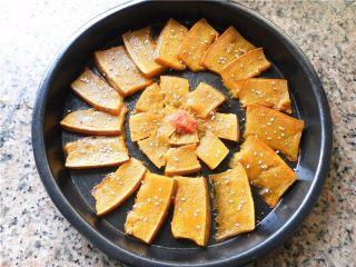 蜂蜜烤南瓜,在南瓜表面撒上一些白芝麻作点缀。
