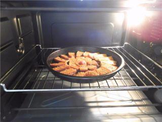蜂蜜烤南瓜,再放进烤箱烤2分钟就好了。
