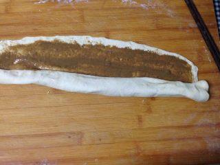 芝麻酱烧饼,从短边处卷起,接缝处捏紧