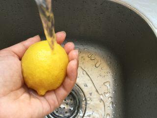 莫吉托(改良版),柠檬表面撒一些盐,搓洗干净;