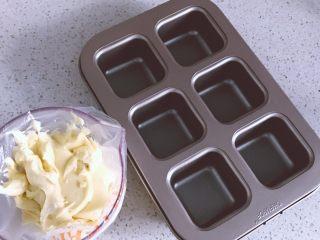 酸甜可口的百香果胖胖糕,. 准备好模具。此款模具内不用涂油防粘。
