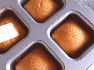 酸甜可口的百香果胖胖糕,出炉后立即在表面刷入糖水。冷却至掌温后密封1天后食用。(夏季放冰箱里)