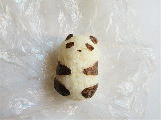 熊猫趣味早餐饼,将剪好的海苔贴在米饭团上,变成一只可爱的熊猫