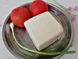 清新番茄豆腐,食材清洗干净,豆腐在水里泡一会。