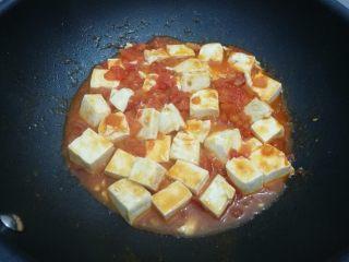 清新番茄豆腐, 轻轻翻匀,加入盐,鸡精,咕嘟咕嘟一会就可以出锅了。