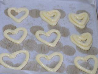#不一样的泡芙#卡仕达爱心泡芙,在烤盘上挤出桃心