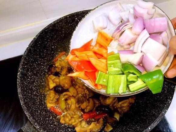 香菇鸡煲,汤汁被吸收后,倒入青红椒和洋葱