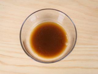 农家小炒,准备一小碗,加入1克盐、蚝油5ml,生抽5ml、淀粉2克、纯净水5ml,勾兑成芡汁。
