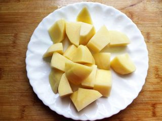 秋季滋补靓汤——玉米羊肉汤,土豆去皮,切成块,