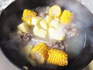 秋季滋补靓汤——玉米羊肉汤,大约炖15分钟左右就可以出锅了,