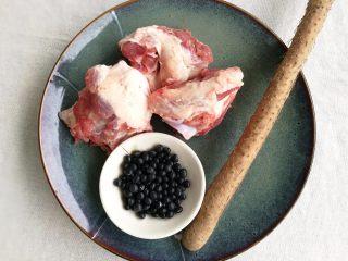 山药黑豆滋补汤,准备食材。