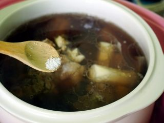 山药黑豆滋补汤,出锅前加入盐即可。
