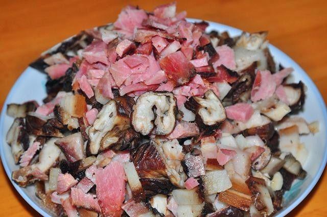 侗家社饭的做法,切好的腊肉和腊肠