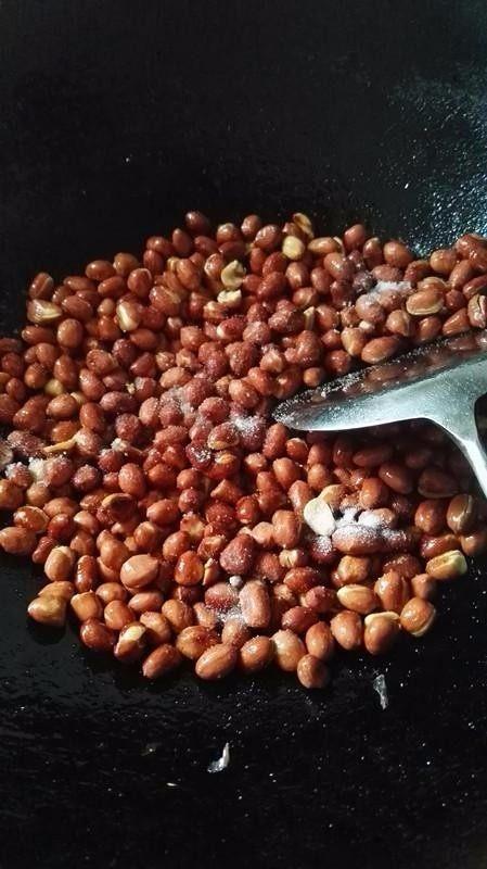 侗家社饭的做法,炒花生,花生炒黄即可。