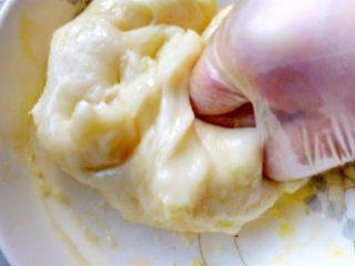 心相印红丝绒麻薯软欧,取出放至微温,加入黄油全部揉进麻薯里。