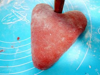 心相印红丝绒麻薯软欧,用棍子或手指从三角形一条边的中间往里推。