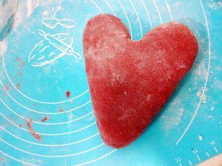 心相印红丝绒麻薯软欧,就成爱心的形状了。放入湿润、温暖的地方开始二发。如果是放烤箱发酵,要放一碗热水增加湿度。