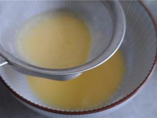 #不一样的泡芙#卡仕达焦糖泡芙塔,66.牛奶加入后用手动打蛋器快速搅拌混合至柔滑 过筛