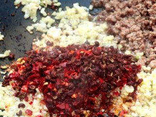 麻婆豆腐,倒入豆瓣酱和干辣椒粉、花椒籽,上色上味。