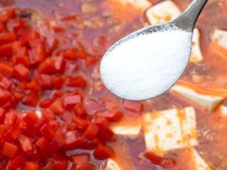 麻婆豆腐,再加入红辣椒末,适量的加些盐和胡椒粉,轻轻搅动均匀,转小火。