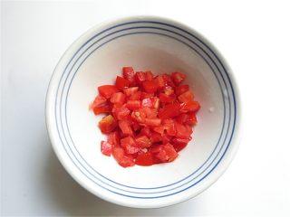 私家番茄豆腐鳝鱼汤,西红柿切成小丁块