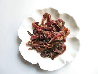 私家番茄豆腐鳝鱼汤,鳝鱼切成丝备用