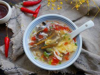 私家番茄豆腐鳝鱼汤,装碗享用,喜欢的话还可以滴几滴香醋、芝麻油、香菜。根据各人喜好调味