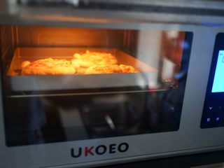 海鲜小鸡披萨,烤箱预热180度中层烤15分钟左右,