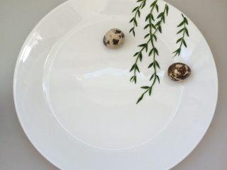 餐盘画——立春,把煮熟的鹌鹑蛋放在上面,对比好位置