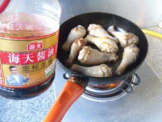 宫保鸡腿, 煎制到鸡腿表面微微发黄,加适量生抽,翻炒均匀
