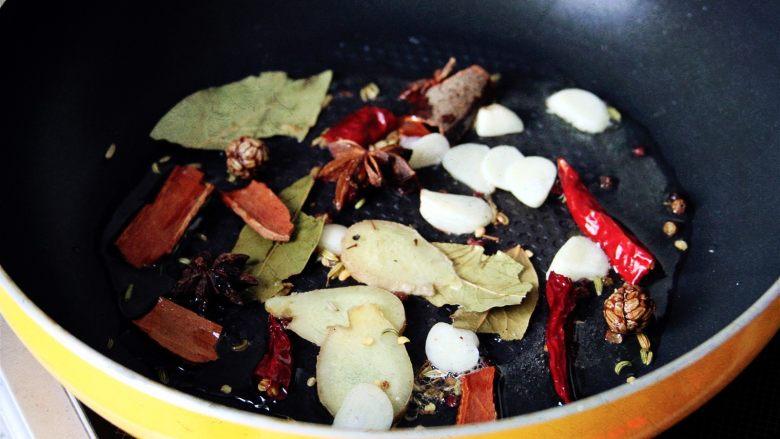 土豆栗子烧牛肉 | 一锅让你销魂的牛肉,热锅倒油,油热后放入切好的姜、蒜,以及五香大料爆香。